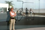 Fru Kirsten foran museum